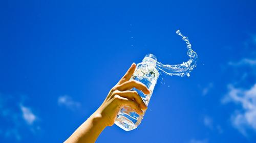 ดื่มน้ำเย็น